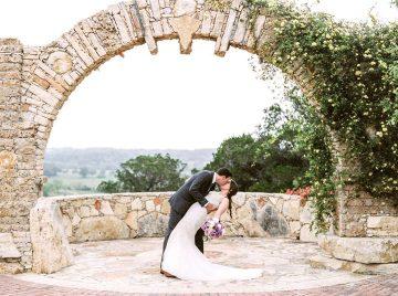 wedding-arch-kiss-720x536